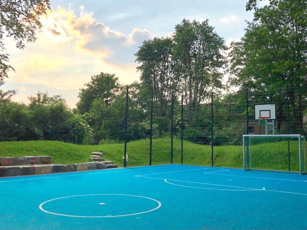 Kicken und Spielen auf dem neuen Spielplatz am Oleanderweg